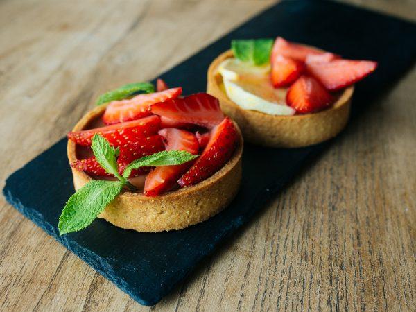 Хрустящее песочное сабле (корзинка), внутри запеченный крем с пюре из сезонных ягод и фруктов. Украшен свежими ягодами